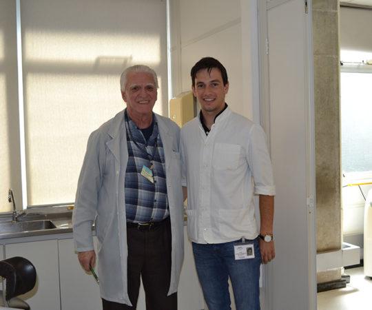 O Prof. Luiz Jorge Fagundes, Coordenador Científico do CEADS e o Dr. Igor Jankovich da Faculdade de Medicina da Universidade de Ljubjlana, Eslovênia, nas dependências do Centro de Saúde Escola Geraldo de Paula Souza da Faculdade de Saúde Pública da USP, durante o estágio do Croata no Ambulatório de DST.