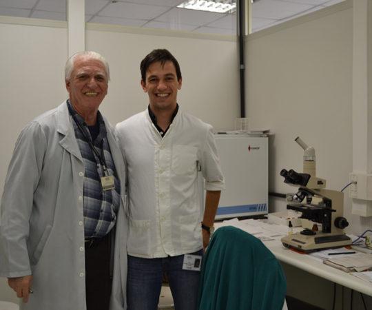O Prof. Dr. Luiz Jorge Fagundes, Coordenador Científico do CEADS e o Médico Croata Igor Jankovich, nas dependências do Laboratório de DST do Centro de Saúde Escola Geraldo de Paula Souza da Faculdade de Saúde Pública da USP.