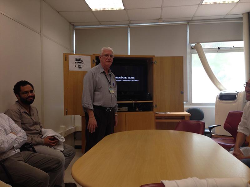 """O Prof. Dr. Luiz Jorge Fagundes, Coordenador Científico do CEADS e os Residentes Estagiários de DST de setembro de 2014, durante a apresentação do Documentário sobre """"A Situação da Hanseníase no Brasil"""""""