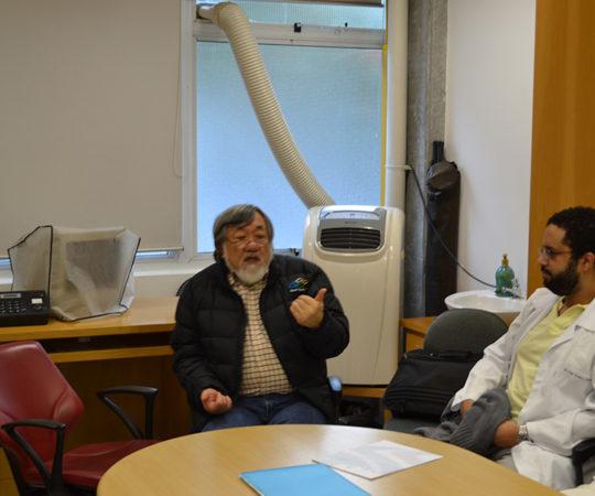 """Prof. Fabio Haramura, Coordenador de Gestão do CEADS e os Residentes Estagiários de DST de setembro de 2014, durante a Palestra sobre """"Fundamentos da Gestão""""."""