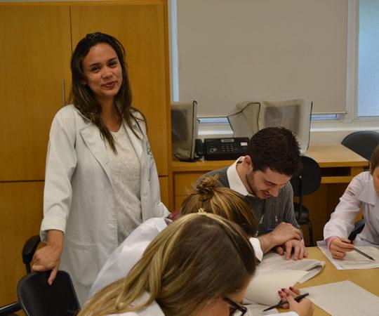 Biomédica Fátima Morais, Colaboradora do CEADS, Responsável pelo Laboratório de DST e os Residentes Estagiários de DST de setembro de 2014, durante as Provas Iniciais Teórica e Prática sobre Doenças Sexualmente Transmissíveis.