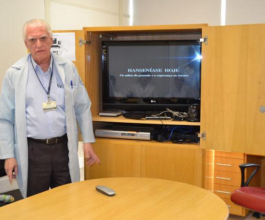 """O Prof. Dr. Luiz Jorge Fagundes, Coordenador Científico do CEADS, durante a apresentação do Documentário sobre a """"Situação da Hanseníase no Brasil"""", dirigido aos Residentes Estagiários de DST do Centro de Saúde Escola Geraldo de Paula Souza da faculdade de saúde Pública da USP."""