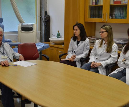 O Prof. Dr. Luiz Jorge Fagundes, Coordenador Científico do CEADS e os Residentes Estagiários de DST do mês de outubro de 2014, durante a aula inaugural sobre Doenças Sexualmente Transmissíveis.
