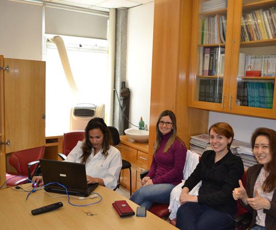 Os Estagiários de DST de Outubro de 2014 e a Biomédica Fatima Morais, Colaboradora do CEADS, durante o processo de Cadastramento dos Residentes na Lista de Discussão sobre Temas de DST.