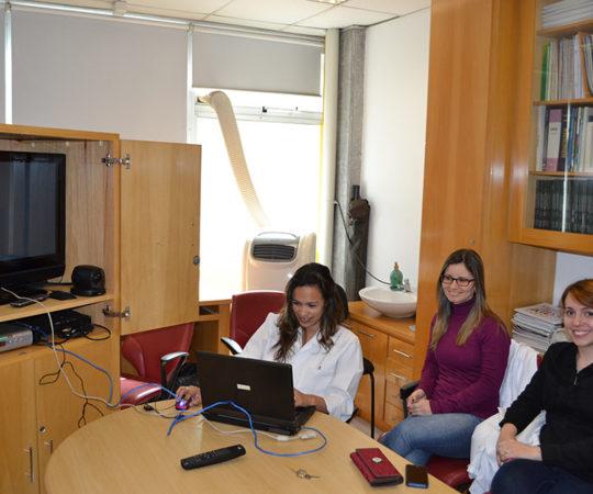 A Biomédica Fatima Morais,Colaboradora do CEADS e os Residentes de outubro de 2014, durante o cadastramento dos Estagiários na Lista de Discussão sobre DST.