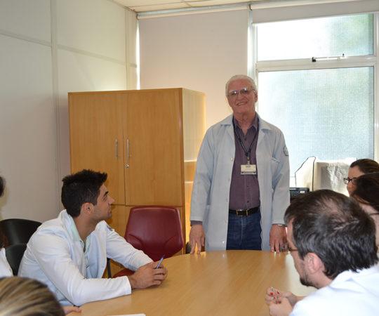 Prof. Dr. Luiz Jorge Fagundes, Coordenador Científico do CEADS e os Residentes Estagiários de DST de Outubro de 2014, durante a realização das Provas Finais Teórica e Prática de DST.