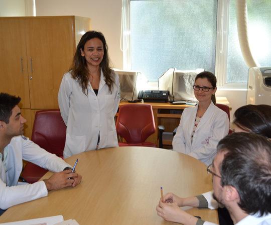 Biomédica Fatima Morais, Colaboradora do CEADS e Responsável pelo Laboratório de DST e os Residentes Estagiários de DST de outubro de 2014, durante a realização das Provas Prática e Teórica sobre DST.