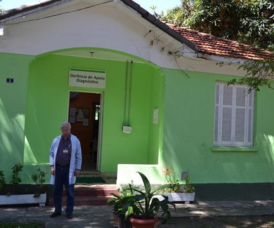 O Prof. Dr. Luiz Jorge Fagundes, coordenador Científico do CEADS, em frente a Cosntrução que outrora serviu de abrigo aos portadores de Hanseníase.