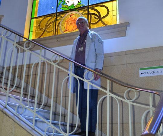 """O Prof. Dr. Luiz Jorge Fagundes, Coordenador Científico do CEADS na parte interna do Prédio do Complexo Hospitalar Padre Bento de Guarulhos,onde se encontram os """"vitrais"""" originais da Casa."""