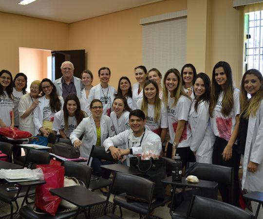 """O Prof. Dr. Luiz Jorge Fagundes, Coordenador Científico do CEADS e so Professores e Residentes de Dermatologia do Complexo Hospitalar Padre Bento de Guarulhos, durante a apresentação da Palestra sobre """"Sífilis""""."""