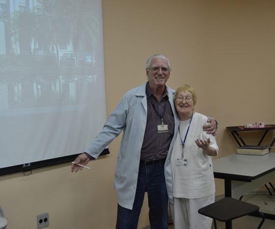 """Profa. Dra. Helena Muller, Patologista do Complexo Hospitalar Padre Bento de Guarulhos e o Prof. Dr. Luiz Jorge Fagundes,Coordenador Científico do CEADS, durante a Palestra sobre """"Sífilis""""."""
