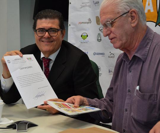 Prof. Dr. Luiz Jorge Fagundes, Coordenador Científico do CEADS entrega o Certificado à Sociedade Brasileira de Cirugia Dermatológica, como Patrocinador Exclusivo do Fórum, a qual foi representada pelo Dr. Aldo Toschi,Tesoureiro da SBCD e Coordenador do 39 Fórum de Debates