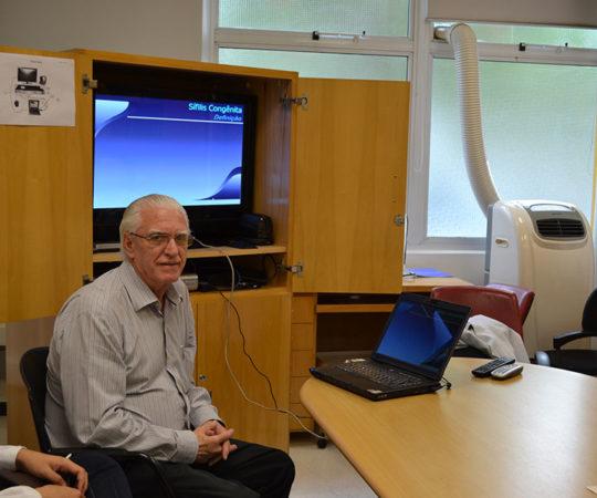 """O Prof. Dr. Luiz Jorge Fagundes, Coordenador Científico do CEADS, durante a apresentação da Palestra sobre """" A Situação da Sífilis Congênita no Brasil"""", dirigida aos Residentes Estagiários de DST do mês de Novembro de 2014."""