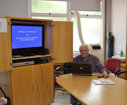 Prof. Dr. Luiz Jorge Fagundes, Coordenador Científico do CEADS, durante a Palestra sobre Doenças Sexualmente Transmissíveis.