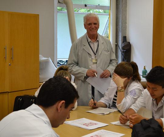 Prof. Dr. Luiz Jorge Fagundes e os Residentes Estagiários de DST de Novembro de 2014, durante a Prova Final de DST.