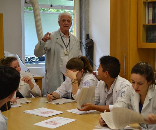 Residentes Estagiários de DST de Novembro de 2014, durante a prova final de DST e o Prof. Dr. Luiz Jorge Fagundes, Coordenador Científico do CEADS e Responsável pelo Estágio de DST.