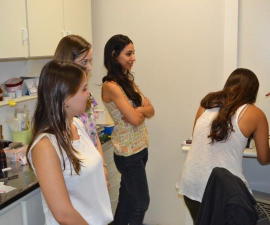 Os Estagiários de DST de janeiro de 2015 e a Biomédica Fátima Morais, Colaboradora do CEADS e Responsável pelo Laboratório de DST, durante a exposição do acervo de Lâminas do CEADS.