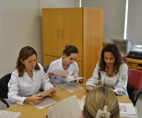 A Biomédica Fátima Morais, Responsável pelo Laboratório de DST e os Residentes Estagiários de janeiro de 2015, durante a realização das Provas Iniciais Teórica e Prática sobre assuntos relacionados às Doenças Sexualmente Transmissíveis.