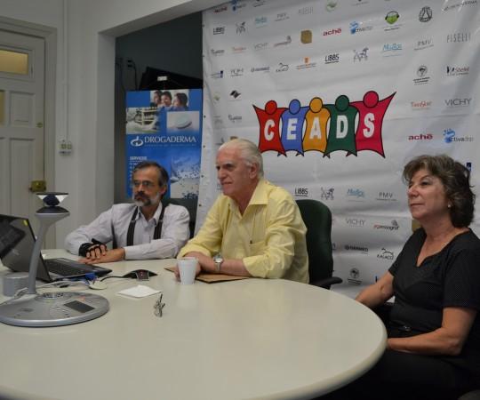 O Prof. Dr. Raymundo Azevedo, Colaborador do CEADS, o Prof. Dr. Luiz Jorge Fagundes,Coordenador Científico do CEADS e a Sra. Frida Strum, representante da Drogaderma, patrocinadora exclusiva do 40 Fórum de Debates do CEADS.