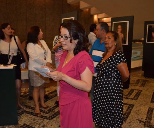 """Profa. Dra. Régia Patriota, durante o discurso de abertura de sua Exposição Fotográfica """"Alem da Pele"""""""
