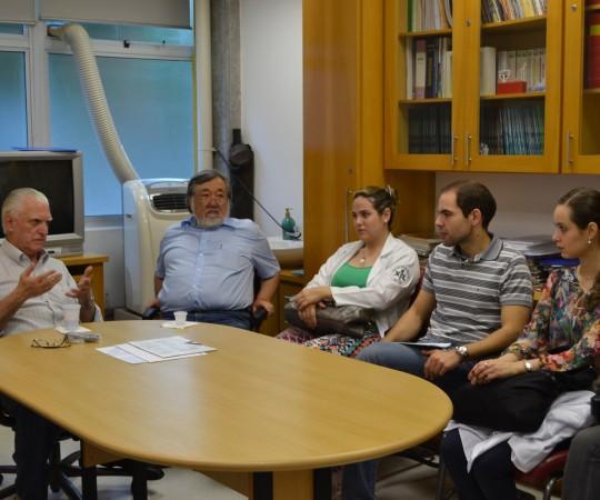 """Prof. Dr. Luiz Jorge Fagundes, Coordenador Científico do CEADS, Prof. Fabio Haramura, Coordenador de Gestão do CEADS e Palestrante do tema: """"Fundamentos da Gestão"""" e os Residentes Estagiários de DST de janeiro de 2015."""
