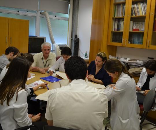 Prof. Luiz Jorge Fagundes, Coordenador Científico do CEADS e os Residentes Estagiários de DST de janeiro de 2015, durante a realização das provas teóricas e práticas de DST aos Residentes Estagiários do mês de janeiro de 2015.