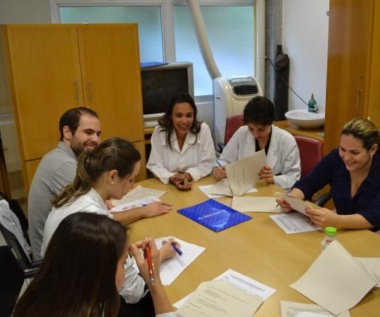 Biomédica Fatima Morais, Colaboradora do CEADS, durante a realização das provas teórica e prática de DST aos Residentes de janeiro de 2015.