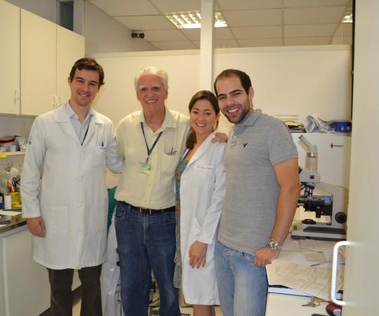 Prof. Dr. Luiz Jorge Fagundes, Coordenador Científico do CEADS e os Residentes Estagiários de DST de janeiro de 2015, durante a aula prática de DST.