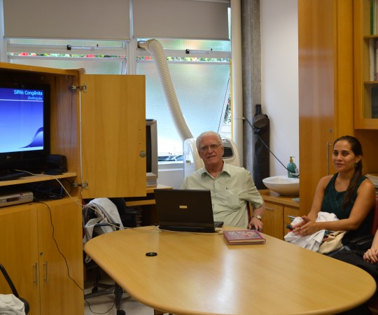 """O Prof. Dr. Luiz Jorge Fagundes, Coordenador Científico do CEADS e os Residentes Estafgiários de DST de janeiro de 2015, durante a Palestra sobre """"A Situação da Sífilis Congênita no Brasil""""."""