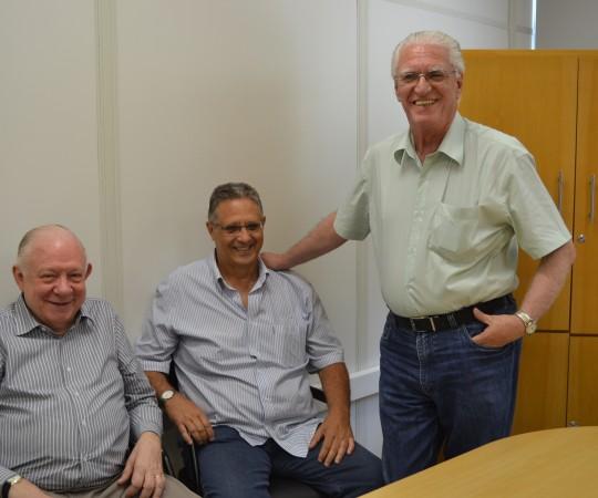 """Prof. Dr. Sidnei Martini, Prof. Wesley Wey Jr (Colaboradores do CEADS) e o Prof. Dr. Luiz Jorge Fagundes, Coordenador Científico do CEADS, durante o Curso sobre """"Fundamentos da Gestão"""", dirigido aos Residentes Estagiários de DST de janeiro de 2015."""