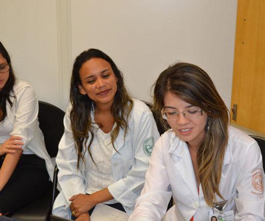 A Biomédica Fátima Morais, Colaboradora do CEADS e os Residentes Estagiários de DST de fevereiro de 2015, durante o cadastramento dos Residentes na Lista de Discussão de DST