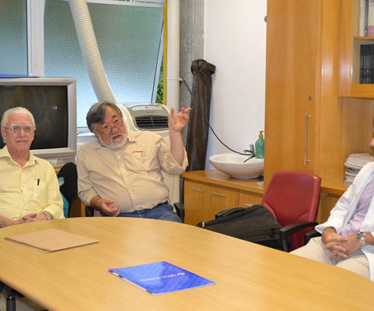 """O Prof. Fabio Haramura, Coordenador de Gestão do CEADS, o Prof. Dr. Luiz Jorge Fagundes, Coordenador Científico do CEADS e o Residente Estagiário Dr. Davi, durante a Palestra sobre """"Fundamentos da Gestão."""