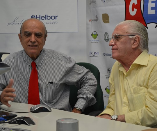 """Prof. Dr. Ival Peres Rosa e o Prof. Dr. Luiz Jorge Fagundes, Coordenador Científico do CEADS, durante a apresentação do 41 Fórum de Debates do CEADS sobre """"Hidradenites"""
