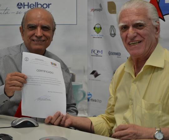 """O Prof. Dr.Ival Peres Rosa, recebe das mãos do Prof. Dr. Luiz Jorge Fagundes,Coordenador Científico do CEADS, o Certificado de Palestrante do 41 Fórum de Debates do CEADS que teve como tema: """"Hidradenites""""."""