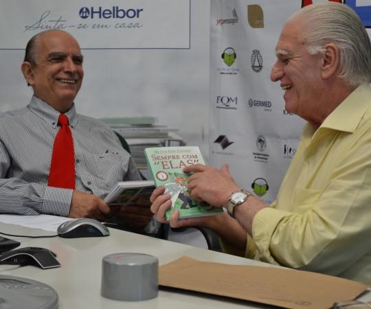 """Prof. Dr. Ival Peres Rosa, Palestrante do 41 Fórum de Debates do CEADS, recebe o Livro """"Sempre com Elas"""" de autoria do Prof. Dr. Luiz Jorge Fagundes, Coordenador Científico do CEADS e Organizador do Fórum sobre """"Hidradenites""""."""