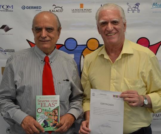 """O Prof. Dr. Ival Peres Rosa, Colaborador do CEADS e Palestrante do 41 Fórum de Debates,com o tema: """"Hidradenites"""" e o Prof. Dr. Luiz Jorge Fagundes, Coordenador Científico do CEADS e Organizador do Fórum, durante a entrega do Certificado de participação do Prof. Ival e do Livro """"Sempre com Elas"""", de autoria do Prof. Dr. Luiz Jorge Fagundes."""