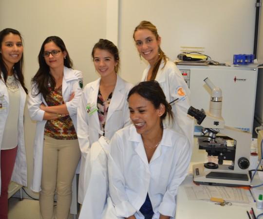 A Biomédica Fatima Morais, Colaboradora do CEADS e os Residentes Estagiários de DST de fevereiro de 2015, durante a apresentação do Acervo de Lâminas do CEADS.