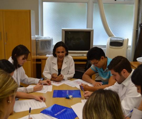 A Biomédica Fatima Morais, Colaboradora do CEADS e os Residentes Estagiários de DST de fevereiro de 2015, durante a realização das provas finais sobre assuntos envolvendo as Doenças Sexualmente Transmissíveis.