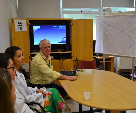 """O Prof. Dr. Luiz Jorge Fagundes, Coordenador Científico do CEADS e os Residentes Estagiários de DST de março de 2015, durante a Palestra sobre """"A Situação Atual da Sífilis Congênita no Brasil""""."""