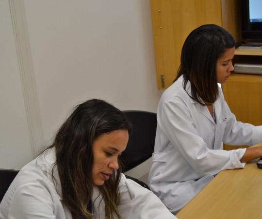 A Biomédica Fátima Morais e a Residente Estagiária de DST, durante o processo de cadastramento dos Estagiários de DST, de março de 2015, na lista de Discussão do CEADS.