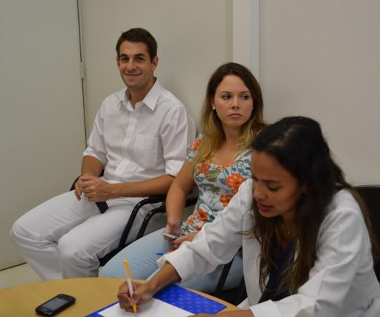 Os Residentes Estagiários de DST de março de 2015 e a Biomédica Fatima Morais, Colaboradora do CEADS, durante a etapa de cadastramento dos novos Residentes na lista de Discussão.