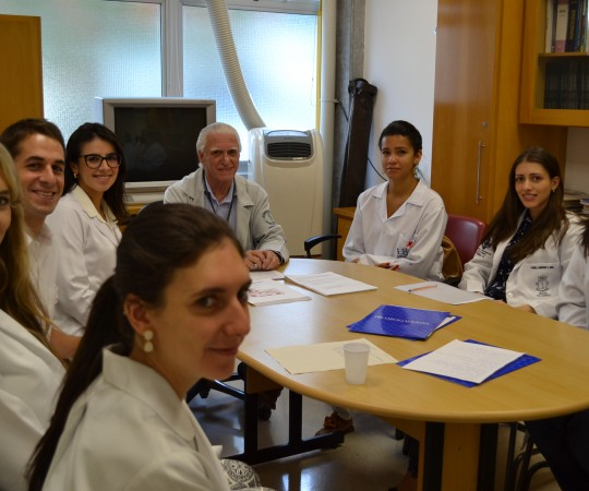 O Prof. Dr. Luiz Jorge Fagundes, Coordenador Científico do CEADS e os Residentes Estagiários de DST de março de 2015, durante a realização das provas teórica e prática sobre DST