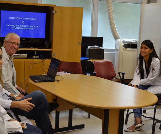 O Prof. Dr. Luiz Jorge Fagundes, Coordenador Científico do CEADS e os Residentes Estagiários de DST de abril de 2015, durante a Palestra sobre Doenças Sexualmente Transmissíveis.