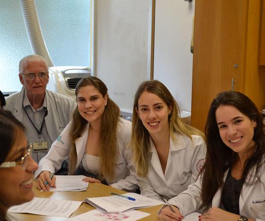 Os Residentes Estagiários de DST de abril de 2015  e o Prof. Dr. Luiz Jorge Fagundes, Coordenador Científico do CEADS, durante a realização das Provas Teórica e Prática , sobre DST.