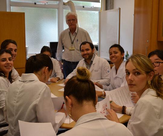 Os Residentes Estagiários de DST do mês de março de 2015 e o Prof. Dr. Luiz Jorge Fagundes, Coordenador Científico do CEADS, durante a realização das Provas Finais,Teórica e Prática, sobre Doenças Sexualmente Transmissíveis.