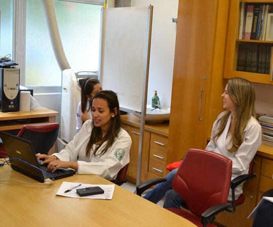 A Biomédica Fatima Morais, Colaboradora do CEADS e os Residentes Estagiários de junho de 2015, durante o Cadastramento na Lista de Discussão de DST.