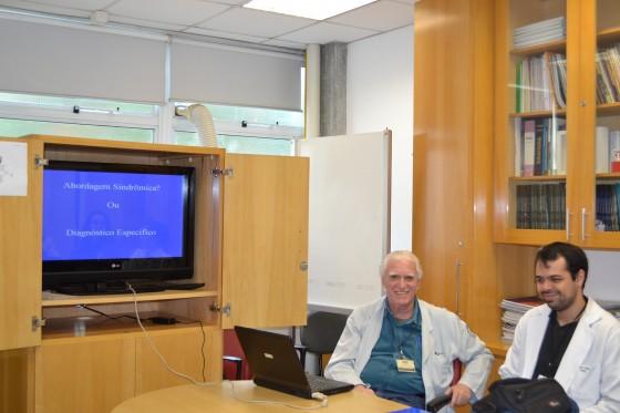 """O Prof. Dr. Luiz Jorge Fagundes, Coordenador Científico do CEADS e os Residentes Estagiários de DST de junho de 2015, durante a Palestra sobre a """"Diferença entre Diagnóstico Específico e Abordagem Sindrômica."""
