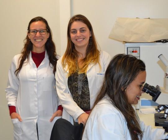 Os Residentes Estagiários de DST e a Biomédica Fátima Morais,Colaboradora do CEADS e Responsável pelo Laboratório de DST, duante a apresentação do acervo de Lâminas do CEADS, contendo as imagens dos principais agentes etiológicos de DST.