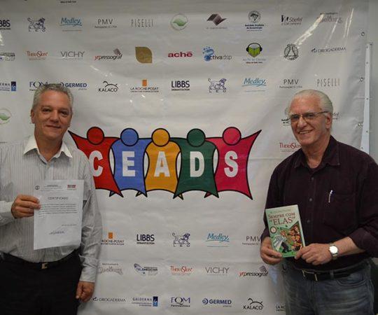 """Prof,. Dr. Nilton Di Chiacchio, Coordenador do Fórum sobre """"Melanoníquias, de posse de seu Certificado de participação no Evento e, o Prof. Dr. Luiz Jorge Fagundes,Coordenador Científico do CEADS, de posse de seu Livro """"Sempre com Elas""""."""