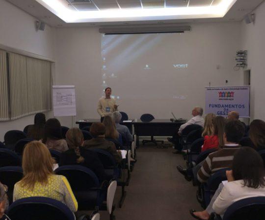 """Prof. Daniel Rothenberg, durante sua Palestra sobre """"Gestão de Conflitos"""", no Auditório da SBD RESP e os Dermatologistas Sócios da SBD RESP presente ao Evento."""